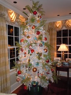 The decorated holiday tree inside the McGreevy home on the Kappa Homes Tour. #KKG #KKG1870