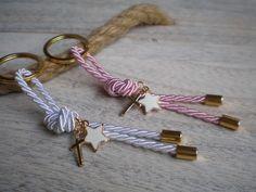 Christening Favors, Baptism Favors, Handmade Accessories, Handmade Jewelry, Diy Keychain, Keychain Ideas, Felt Patterns, Crafts For Teens, Key Rings