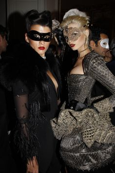 I nearly hyperventilated when I saw the photos from Vogue Paris Anniversary eyes wide-shut themed party. I think Vogue Paris Editor-. Costume Venitien, Masquerade Ball, Masquerade Party Outfit, Masquerade Costumes, Dolce & Gabbana, High Society, Anniversary Parties, Vogue Paris, Mardi Gras