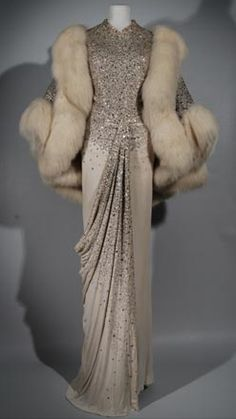 I love how glamorous this dress is! looks like an Auntie Mame dress