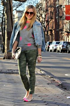 How to Wear Camo: Bows & Sequins - Sommer Mode Camo Skinny Jeans, Camo Jeans, Camo Fashion, Star Fashion, Fashion Jobs, 30s Fashion, Female Fashion, French Fashion, Korean Fashion