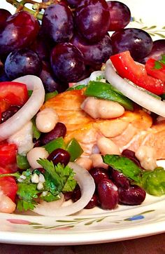 Broiled salmon topped with a flavorful bean salsa and served with healthy red grapes. Bean Salsa, Low Sodium Recipes, Canned Black Beans, 2000 Calorie Diet, Red Grapes, Salmon Fillets, Stuffed Green Peppers, Dinner Recipes