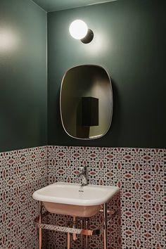Espelho pequeno para banheiro, simples e prático.