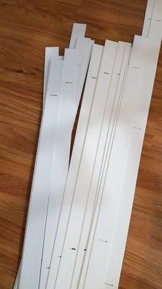 Do these upcycled blind slats work as a faux wood backsplash in the kitchen? Creative ideas for repurposing your broken blinds in other parts of the home for frugal DIY home decor. Handmade Home Decor, Diy Home Decor, Cheap Blinds, Diy Blanket Ladder, Blinde, Faux Wood Blinds, Faux Shiplap, Diy Inspiration, Diy Headboards