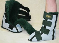 Natural sheepskin footwear offers significant pressure reduction for walking and bedwear, preventing soreness and skin wounds. Ugg Style Boots, Ugg Boots, Shearling Boots, Leather Boots, Doc Martens Boots, Vegan Boots, Sheepskin Boots, Roller Shades, Comfortable Boots