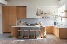 EHD Photo Intern Turned Creative Power House – Tour Monica Wang's Stunning New Space (Plus a Design Cameo From One Of Our Favs) (Emily Henderson) Kitchen Reno, Kitchen Dining, Kitchen Remodel, Cuisines Design, Kitchenette, Kitchen Interior, Interior Modern, Cheap Home Decor, Home Kitchens