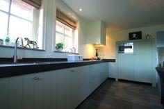 Robuust eiken keuken in een Farrow & Balls kleur afgewerkt. Handgemaakt door JP Walker houten keukens.