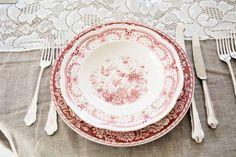 rød #borddekking #vintage #table setting Wedding Table Settings, Mittens, Decorative Plates, Tableware, Vintage Table, Home Decor, Fingerless Mitts, Homemade Home Decor, Dinnerware