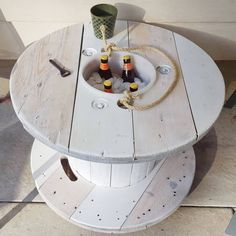 80 Old Items Fantastically Fit for Repurposing – Paletten - Diy Furniture Diy Cable Spool Table, Wooden Spool Tables, Wooden Cable Spools, Old Wood Table, Cable Spool Ideas, Cable Reel Table, Wooden Cable Reel, Diy Furniture Projects, Repurposed Furniture