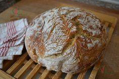 Comentario previo: Desde hacía tiempo llevaba buscando el momento para hacer un pan horneado en olla. La primera dificultad era dispo...