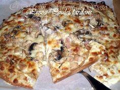 Une seule garniture pour 2 pizzas totalement différentes. PIZZA SAUCE BLANCHE INGREDIENTS 1 pâte à Pizza maison Les quatités sont laissées au choix de chacun SAUCE crème fraiche, 4 càs de crème liquide, GARNITURE oignons, champignons de Paris (frais)...