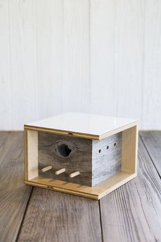 Moderne Vogelhäuschen-Architektur Modern birdhouse architecture The post Modern birdhouse architecture appeared first on Deco. Bird House Feeder, Diy Bird Feeder, Bird House Plans, Bird House Kits, Kit Homes, Spencer Toys, Kits Pour La Maison, Modern Birdhouses, Grey Laminate