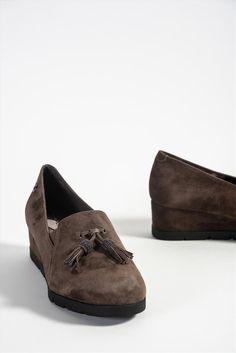 Γυναικεία δερμάτινα μοκασίνια της εταιρείας Stonefly. Διαθέτουν μαλακή insole με gel, η οποία έχει σχεδιαστεί για να μειώνει την κόπωση, διευκολύνοντας την κίνησή σας. Μια ξεκούραστη και ανάλαφρη επιλογή για να προσφέρουν άνεση όλη τη διάρκεια της ημέρας. Men Dress, Dress Shoes, Loafers Men, Oxford Shoes, Fashion, Moda, Fashion Styles, Men's Loafers, Fashion Illustrations