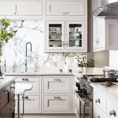 A really interesting kitchen mixing modern with a hint of 50ties | love the slab backsplash | unknown designer  #kitchendesign #interiordesign #interiors #kitchen #kitchencabinets #whitekitchen #kitchengoals #marble