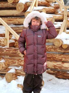 Чтобы ребенку было удобно двигаться, мы сделали одежду максимально легкой, но при этом отлично греющей благодаря пуху или синтепону.  Особой популярностью пользуются комплекты, в которые могут входить шапка, куртка или пуховик, брюки – стильно и тепло. Некоторые модели имеют в качестве опушки натуральный мех.