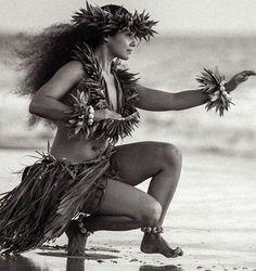 Hula Kahiko is traditional style of dance in Hawaii. It has very strong spiritual overtones from the ancient Hawaiian religion. Hawaiian Girls, Hawaiian Dancers, Hawaiian Art, Hawaiian Phrases, Vintage Hawaiian, Polynesian Dance, Polynesian Culture, Hawaii Hula, Aloha Hawaii
