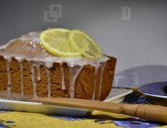 Für den Zitronen-Schoko-Kuchen zunächst die Zitronenschale abreiben und Zitrone auspressen. Butter schmelzen. Mehl, Mandeln, Kakaopulver und