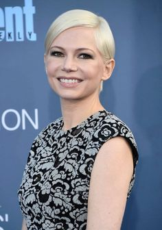 Michelle Williams Photos - Actress Michelle Williams attends The Annual Critics' Choice Awards at Barker Hangar on December 2016 in Santa Monica, California. - The Annual Critics' Choice Awards - Arrivals Celebrity Beauty, Celebrity Red Carpet, Celebrity Style, Short Hair Dos, Short Hair Styles, Michelle Williams Pixie, Pretty Makeup Looks, Critics Choice, Platinum Blonde