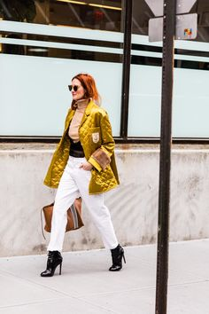 Click through for the best street style looks spotted at New York Fashion Week Fall/Winter as captured live by Sandra Semburg. Fashion Week 2018, London Fashion Weeks, Fashion Week Paris, New York Fashion, Winter Fashion, New York Street Style, Stockholm Street Style, Paris Street, Taylor Tomasi
