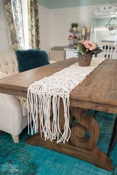 Learn how to make a beautiful macrame table runner for your next dinner: