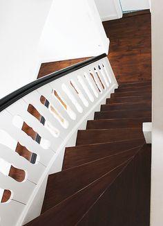 MFG - Treppen-Restaurierung. Holztreppen, die vielfach nicht mehr nur einen praktischen Nutzen erfüllen, sondern als Gestaltungselement in Wohnbereiche integriert werden, bieten Vorteile gegenüber Treppen aus anderen Materialien. Sehr langlebig durch die verschiedenen Holzsorten, ist ein breites Spektrum an Farbtönen gegeben, die zudem noch mit Lasuren oder Anstrichen verändert werden können. Eine Aufarbeitung lohnt sich also durchaus!