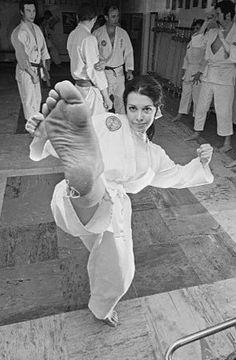 Martial Arts Women, Tall Women, Women's Feet, Female Art, Ballet Shoes, Kicks, Dance, Statue, Woman Art