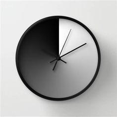 Moderno orologio da parete, mezzogiorno e mezzanotte, design bianco e nero, decorazione minimalista, sfumatura circolare,