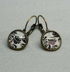 """Diese wunderschönen Ohrringe bestehen aus selbstgemachten Perlenschmuck, bei dem bronzefarbene Brisuren mit wundervollen """"Schwarz-weißen Blumen"""" verarbeitet wurden."""