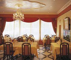 Restaurant Veneto - Accueil Pizzeria, Restaurant, Valance Curtains, Places To Go, Chandelier, Ceiling Lights, Lighting, Home Decor, Fire