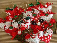 Estes corações perfumados podem ser usados como sachê em armários e gavetas. <br>Aqui estão com motivos natalinos, mas podem ser feitos com temas diversos para lembrancinhas de aniversários, nascimento, batizados, etc. <br>Tecidos variados, conforme o tema.