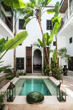 HinterhofTraum Hinterhof Private pool and lush landscapes Idea Stunning Moroccan Patio Design Ideas – Homely Boho-inspired backyard framed by palm trees. Inexpensive Pool Design Ideas For Your Home Small Inground Pool, Small Pools, Swimming Pools Backyard, Swimming Pool Designs, Backyard Landscaping, Hotel Swimming Pool, Small Backyards, Patio Design, Exterior Design