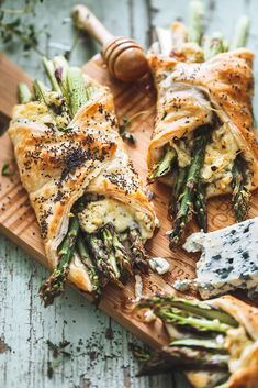 Blue Cheese Asparagus Turnovers with Thyme Honey Veggie Recipes, Vegetarian Recipes, Healthy Recipes, Food Porn, Gula, Yummy Food, Tasty, Happy Foods, Food For Thought