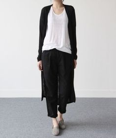 How to rock the casual chic look Minimal Chic, Minimal Fashion, White Fashion, Japanese Minimalist Fashion, Japanese Fashion, Cardigan Style, Long Cardigan, Black Cardigan, Chic Minimalista