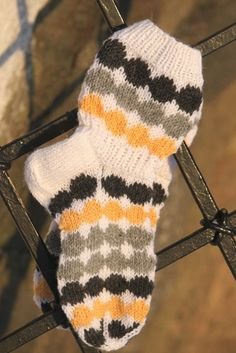 """Sockorna är inspirerade av Marimekkos Räsymattotyg KLICK . Det var på bloggen """"Eilen tein"""" som Hanne hade stickat sockor med ins..."""