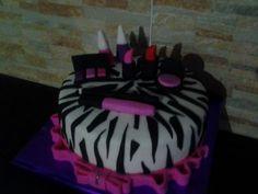 Bolo com estampa de zebra e maquiagem