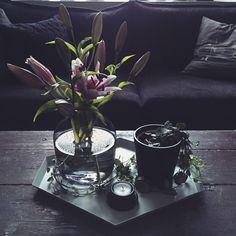 #Livingroom #myhome #olohuone #minunkotini #cutflowers #leikkokukkia #lilja #lily #interior #asetelma #sisustus #instadecor #homedecor #nordicdecor #sofa #sohva #koti #home #vase #maljakko #tray #tarjotin #candleholder #kynttilälyhty #plant #viherkasvi #ceropegiawoodii #herttalyhty #herttaköynnös