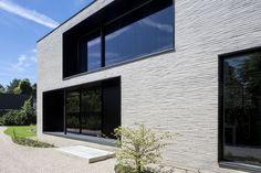 Elegante villa in Afsnee Stone Cladding Exterior, Brick Cladding, House Cladding, Brick Facade, Facade House, Modern Exterior, Exterior Design, Living Tv, Modern Architects