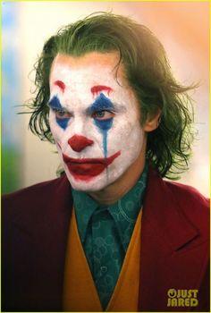 Joaquin Phoenix's Joker Casually Walks Through NYC Subway in Full Clown Make… Joaquin Phoenix Joker geht beiläufig durch NYC U-Bahn in Full Clown Make-up als Polizei vorbei Le Joker Batman, Joker Art, Joker And Harley Quinn, The Joker, Joker Halloween, Halloween Looks, Halloween Makeup, Scarecrow Makeup, Halloween Drawings