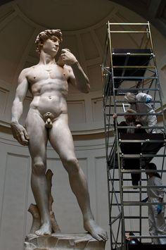La galería de la Academia de Florencia muestra a la prensa las labores de limpieza que se aplican a la estatua cada dos meses