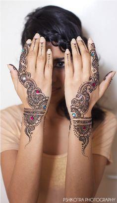 Je kan je henna nog iets opsieren met strass steentjes.