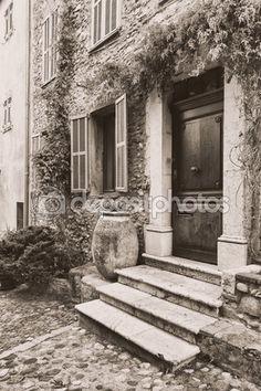 Узкой мощеной улице в Старом городе Франции — Стоковое изображение #82956810