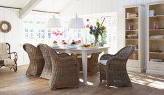 Ruime tafel met romantische eetkamerstoelen, genoeg plek voor iedereen. #woonidee #interieur Dining Bench, Dining Room, Country Living, Sweet Home, Cozy, Interior, Furniture, Commercial, Home Decor
