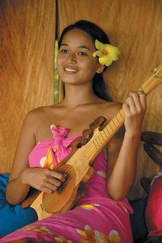 Tahitian vahine & ukulele R Bora Bora, Tahitian Dance, Polynesian Islands, Ukelele, Beautiful People, Beautiful Women, Hula Dancers, Tropical, Polynesian Culture