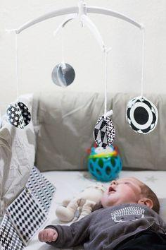 Ein paar einfachen Ideen um das Baby zu beschäftigen und seine Entwicklung zu fördern: selbstgemachte Baby-Buch, DIY Mobile und viel mehr!