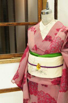 ツツジの花を思わせる、紫をおびたノーブルな深い赤色を基調に織り出された紫陽花のような花模様が美しい紗の夏着物です。