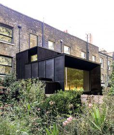 Le studio Michael Collins Architects a ajouté cette incroyable extension carrée de deux étages en cuivre et mélèze brûlé à une maison mitoyenne située à côté d'une gare dans le sud de Londres. L'extension et la rénovation ont été baptisées Jewellery Box, comme un clin d'œil à la façon dont la terrasse victorienne et l'extension tamisée cachent les joyaux de la maison et ont le rôle d'écrins. « Nos clients ont dit que la maison était comme une boîte à bijoux, où une forme simple, une fois... Bohemian Interior Design, Home Design Decor, House Design, Design Ideas, Victorian House Plans, Victorian Style Homes, Home Engineering, Michael Collins, Big Windows