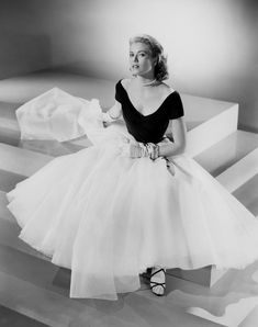 Grace Kelly, before she became HSH Princess Grace of Monaco is pictured in a publicity still for the Alfred Hitchcock classic Rear Window. She starred in only 14 movies over five years, but remains one of the icons of the silver screen. Hollywood Vintage, Hollywood Icons, Old Hollywood Glamour, Hollywood Star, Hollywood Fashion, Glamour Vintage, Glamour Hollywoodien, Fashion Glamour, Grace Kelly Mode