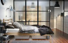 Strak en modern geeft de slaapkamer een stoere uitstraling.