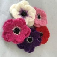 Needle Felt Flowers Kit Brought to you by the authors of Making Needle Felted Animals Makes 5 Brooches using colourful merino wool and a special barbed needle An ideal kit for a beginner Contains: Illustrated colour instructions 3x felting needles Felt...