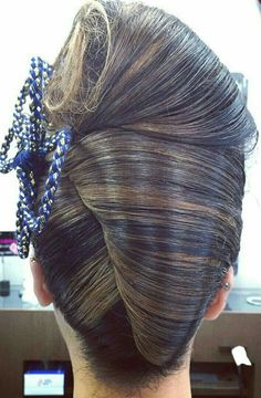 how-to-do-hair-in-a-classic-french-twist - Fab New Hairstyle 1 Medium Layered Hair, Up Dos For Medium Hair, Medium Hair Styles, Short Hair Styles, Diy Hair Updos, Hairstyle Tutorials, French Twist Updo, French Twists, Pin Up